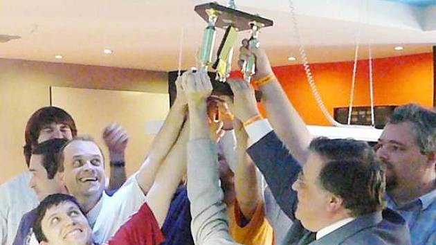 Novoborští šachisté se radují z poháru, který je určen pro mistry ČR v sezoně 2007-8.
