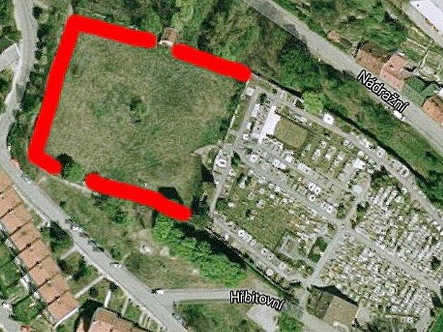 Červeně označená plocha je takzvaný horní hřbitov, ten město bude nyní obnovovat. Je to z důvodů nedostatku míst na stávajícím hřbitově.