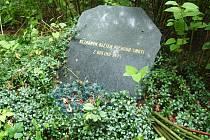 V těchto místech v lese v Dolní Libchavě u České Lípy leží pozůstatky zřejmě několika desítek lidí, kteří na konci války zemřeli ve velkých útrapách na pochodu smrti.