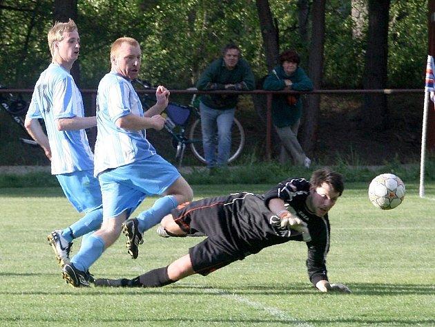 Staré Splavy doma podlehly Dubici. Chlumecký sledován Bečvaříkem překonal gólmana Řezáče, ale míč skončil vautu.