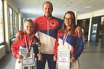 Českolipští reprezentanti. Zleva: Adéla Šinerová, trenér Pavel Znamenáček a Barbora Znamenáčková.