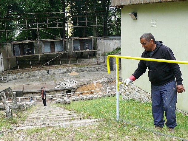 Veřejně prospěšní pracovníci se podíleli na revitalizaci Horových sadů v Novém Boru.