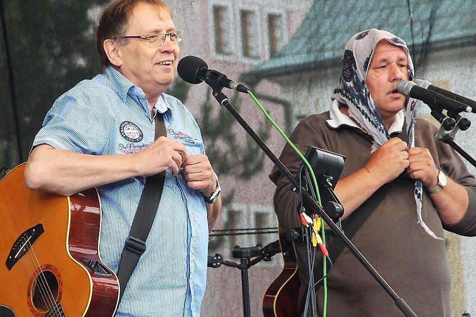 Odpoledne bavil publikum Josef Alois Náhlovský s kapelou Kozí bobky, jejíž členové jsou novoborští Josef Čičman a Petr Jandač.