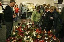 Ve foyer kina se uskutečnila prodejní výstava vánočních aranžmá a stříbrných šperků.