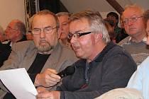 Josef Doškář (s mikrofonem) a Robert Uksa na jednání novoborských zastupitelů.
