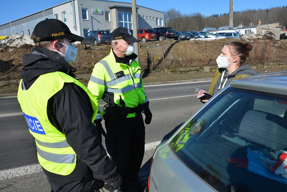 Policejní hlídka u uzavřeného motorestu na Práchni. Úterý 2. března