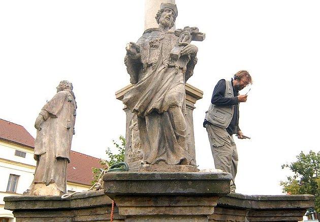Restaurátor Vladimír Žák u sochy Jana Nepomuckého v Kravařích