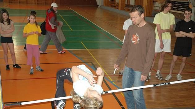 Tomáš Janků učí děti skákat