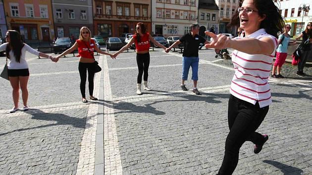 Akci s názvem Držme se! vymysleli před třemi lety žáci 4. ročníku Soukromé podnikatelské střední školy v České Lípě.