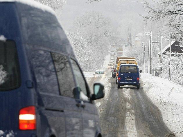 Mezi Českou Lípou a Novým Borem stála auta až v šestikilometrových kolonách.