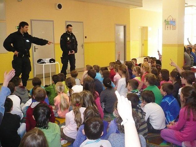 Strážníci u školáků na Ladech.