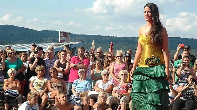 Dvaatřicet dívek, ale i jedenadvacet mužů se v roce 2014 představilo v Doksech u Máchova jezera.