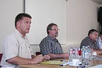 Tomáš Prokop (vlevo) na jednání kamenickošenovského zastupitelstva.