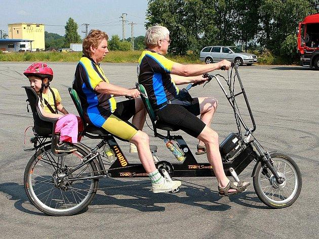 Vyznavači vícemístných kol se už potřicáté sešli letos v Mimoni, aby vyrazili na pohodový výlet kolem ralska. Do netradičního pelotonu se zařadilo na sedm desítek kol.