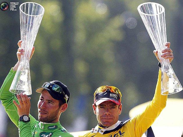 Trofeje od sklářů z Nového Boru si v Paříži v neděli převzali celkový vítěz slavné Tour de France Cadel Evans (vpravo) a nejlepší sprinter Mark Cavendish.
