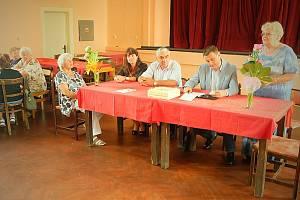 Senioři z celého kraje se dobře bavili v Polevsku a diskutovali s hejtmanem.