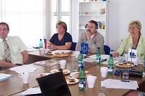 Ukončení kurzu pracovníků jakosti - zůčastnila se i starostka Nového Boru Stanislava Silná (vpravo)
