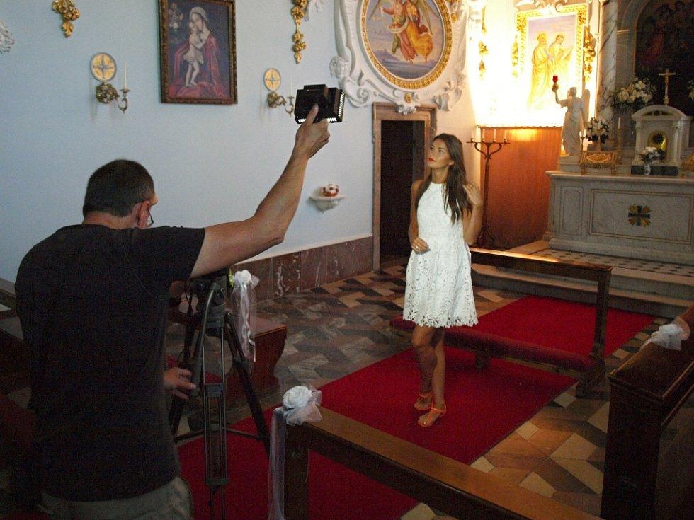 Česká MISS 2015 Nicol Švantnerová při natáčení krátkého dokumentu v kapli zákupského zámku. Filmaři si pečlivě vybrali nejzajímavější místa zámku. Obdobné natáčení probíhá s jinými královnami krásy na devíti dalších památkách v Česku.
