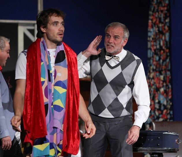 Bláznivou komedii zpera anglických dramatiků si připravila divadelní společnost Háta, před vyprodaným hledištěm se objevil Lukáš Vaculík, Martin Zounar nebo Filip Tomsa.