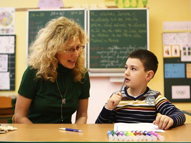 Pátečním zápisem na ZŠ 28. října v České Lípě prošlo 146 dětí. Z nich by 126 mělo v září zasednout do lavic 1. tříd.