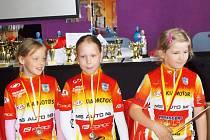 Tři princezny klubu MS AUTO Lucie Křenčilová, Julie Frydrychová a Štěpánka Holcová s medailemi.