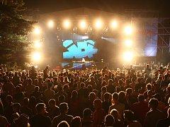 Na dvanáctém ročníku festivalu Mácháč zahráli přední čeští dýdžejové, největší letošní hvězdou byla švédská formace Dada Life.