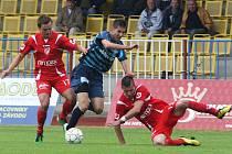 V posledním kole porazil českolipský Arsenal Pardubice. Na snímku Barciaga (v modrém).