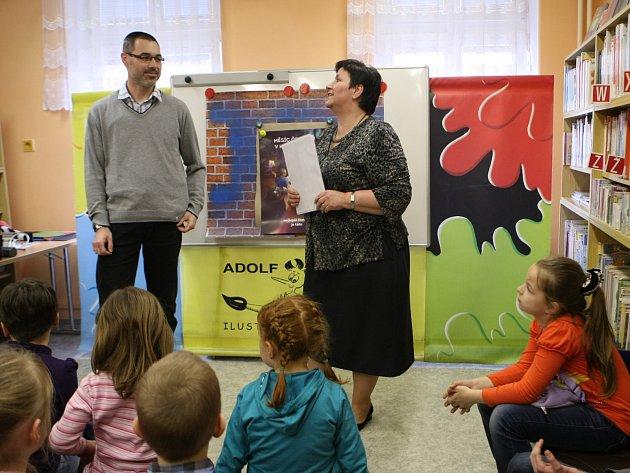 Vítězství nakonec rozdělil tři muži. Jiří Kraus (na snímku s ředitelkou knihovny Danou Kroulíkovou) kromě toho získal nominaci a pozvání do krajského kola.