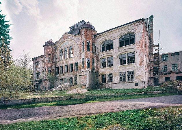 Ruinu v Šenově zdobí z pravé části lešení.