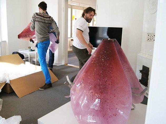 Skleněné šaty Blanky Matragi se vrátily do novoborského Sklářského muzea.