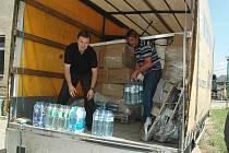 Zejména pitná voda je nyní v Bernarticích vzácná. Voda totiž zničila studně i vodovod. Balenou vodu dostávají děti a brigádníci.