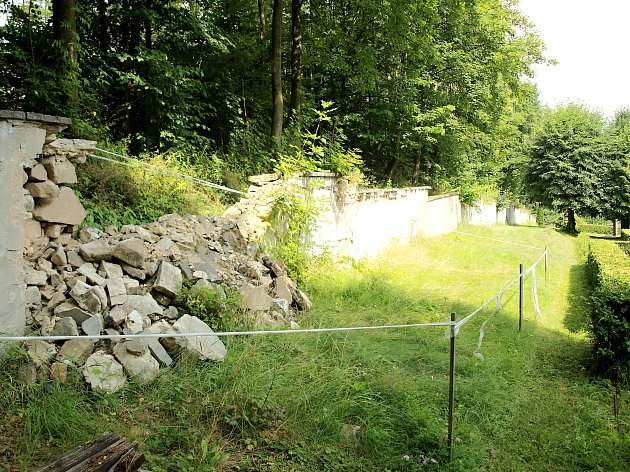 Dělníci již začali sobnovou márnice usilnice na Kamenický Šenov. Zeď druhého místního hřbitova přijde na řadu později.