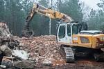 Do cihlových zdí a železobetonové konstrukce první ze tří právě demolovaných domů v Ralsku se zakusuje těžká technika. Do konce ledna místo nich bude jen holá planina.