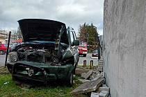 V Novém Boru havarovalo auto. Vůz narazil do plynové přípojky