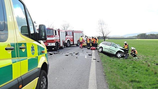 Tragická dopravní nehoda, při které se v Jestřebí střetl nákladní automobil s osobním.