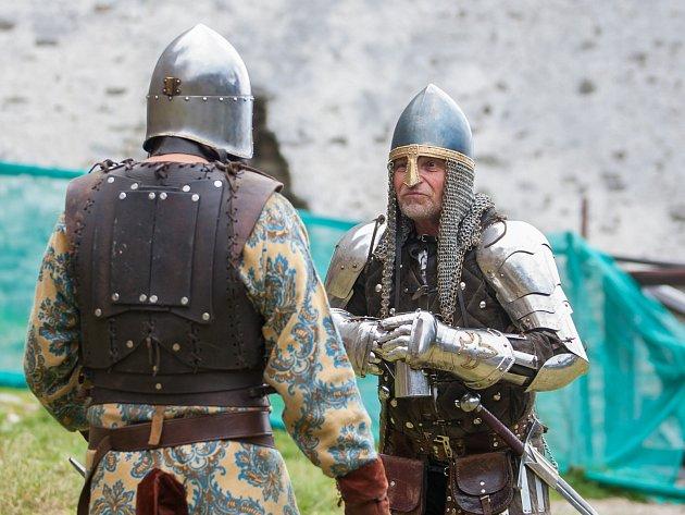 O netradiční prohlídky na hradě Bezděz se minulý týden starali středověcí rytíři.