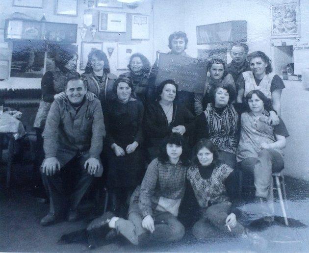 Foto zroku 1981a je na něm kolektiv zaměstnanců OPMP Mimoň - kovovýroba.