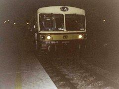 První vlak staví na nové zastávce ČD Česká Lípa - Holý vrch. Byla neděle.