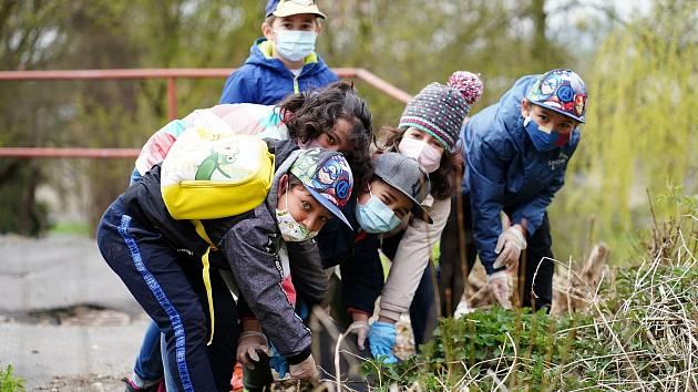 Dobrovolníci očistili areál českolipské nemocnice. Pomohly i děti z dětského domova