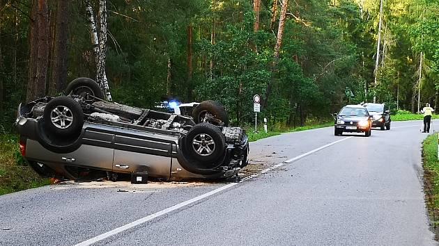 Opilý řidič naboural terénním vozidlem do malého auta s pětičlennou posádkou a od nehody ujel. O kousek dál sám havaroval.