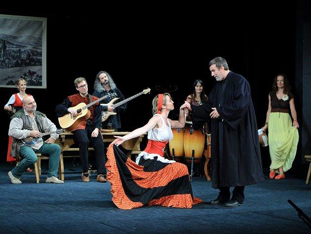 Vlastimil Vondruška divadelní představení režíruje a svěřil si ihlavní roli středověkého učence.