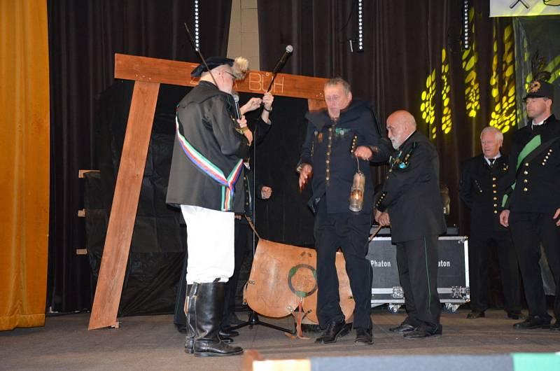 K obřadu Skákání přes kůži, tedy pradávné hornické tradice se do Stráže pod Ralskem sjely dvě stovky hostů.
