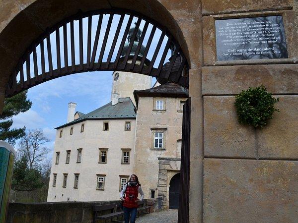 Na vstupní bránu zámku Lemberk se vrátila pamětní deska, která je věnovaná 1100padlým pruským a rakouským vojákům ze sedmileté války.