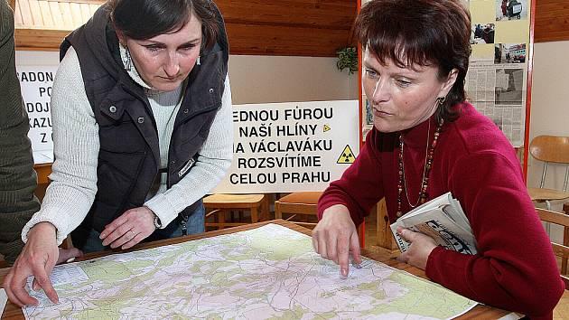 Proti těžbě uranu protestují ekologové z občanského sdružení Naše Podještědí již řadu let. Snímek je ze zahájení výstavy fotografií Ohlédnutí za protesty proti uranu, která se uskutečnila v roce 2008 na obecním úřadě v Janově Dole.