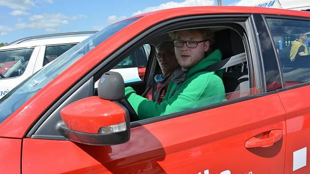 """Snížit rizika nehod absolventů autoškol i mladých šoférů je cílem pilotního projektu """"Start driving"""", který jeho tvůrci představovali na autodromu v Sosnové."""