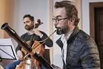 Ondřeje Šindeláře doprovodil jeho vlastní ansámbl Opus Elocutio – trio složené ze dvou violistů – Jiřího Posledního a Dagmar Valentové – a violoncellisty Petra Mašlaně.