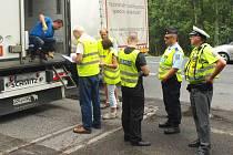 Žádný kamion, který kolem preventivní akce kousek od Jestřebí v pátek a v neděli projížděl, nezůstal policisty nepovšimnut. O řidičský průkaz přišli čtyři řidiči.