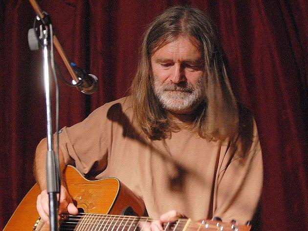 V českolipském klubu Progres vystoupil svérázný folkpunkový  zpěvák Záviš.
