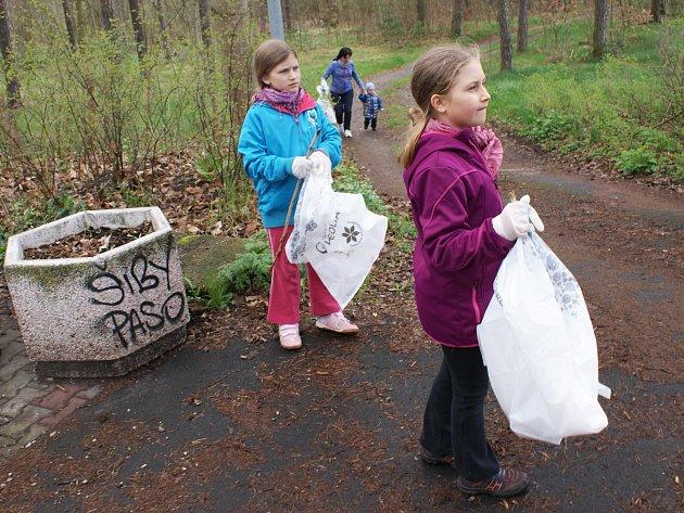 Třicítka dobrovolníků vyrazila v sobotu ráno uklidit okolí Máchova jezera.