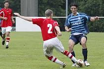 Poslední zápas v letošní sezoně České fotbalové ligy odehráli fotbalisté českolipského Arsenalu v Kunicích. Hyský zastavuje akci Kousala.